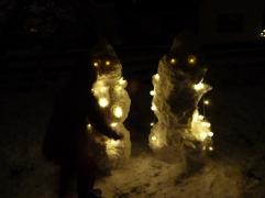 Leuchtende Schneemänner beim Abschlussfeuer