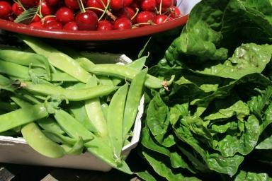Zuckererbsen, Salat und Kirschen