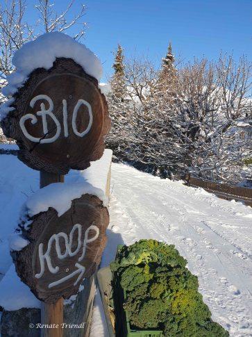 Bio Koop Schild im Schnee